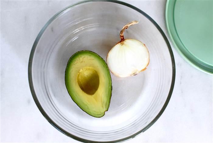 Ο καλύτερος τρόπος για να κρατήσετε πράσινα τα αβοκάντο σας, είναι να τα τοποθετήσετε σε ένα πυρίμαχο σκεύος που κλεινει καλά, μαζί με ένα μεγάλο κομμάτι κομμένο κρεμμύδι. Καλύψτε το με το καπάκι και ψήστε το στους 120 βαθμούς C για 10 λεπτά. Ένα κομμένο αβοκάντο μπορεί να διατηρηθεί πολλές ημέρες με αυτόν τον τρόπο.