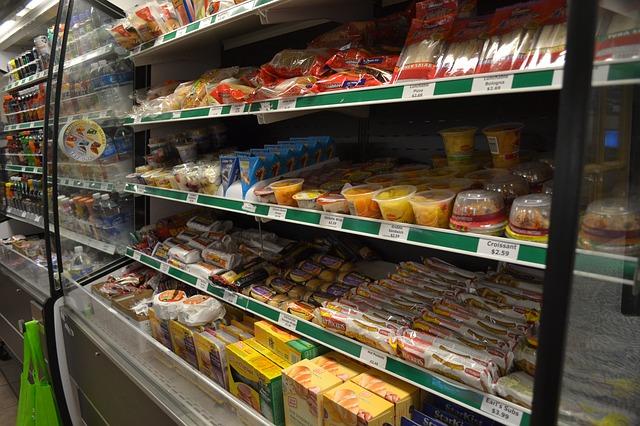 Το να τσιμπολογάτε ενώ ψωνίζετε δίνει εντολή στον εγκέφαλο ότι είναι ώρα φαγητού, κάτι που σας οδηγεί να κάνετε παρορμητικές αγορές.
