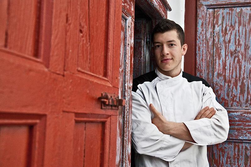 """Με τη συμμετοχή των τεσσάρων νικητών των επιμέρους διαγωνισμών σε Ρόδο, Κω, Σαντορίνη και Τήνο πραγματοποιήθηκε στη Σύρο η τελική φάση για την ανάδειξη του νέου σεφ που θα εκπροσωπήσει την Περιφέρεια Νοτίου Αιγαίου στον ευρωπαϊκό διαγωνισμό """"European Young Chef 2017"""" στην Βαρκελώνη στις αρχές Νοεμβρίου."""
