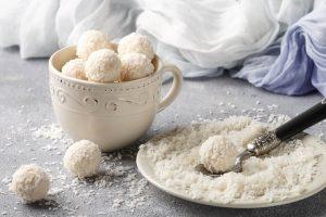 χιονούλες με ινδοκάρυδο και ζαχαρούχο γάλα εύκολο γλυκό με 3 υλικα χιονακια τρουφακια με ινδικη καρυδα