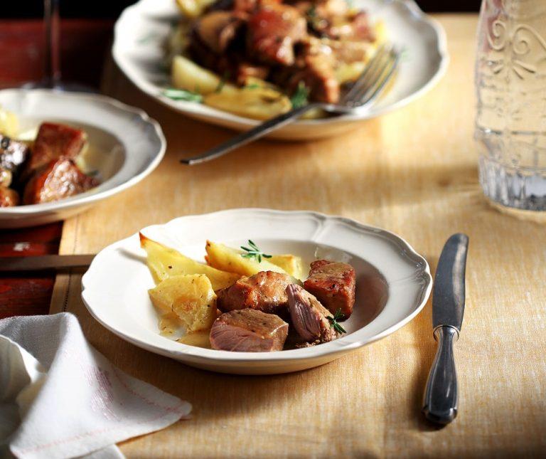 Μαριναρισμένο χοιρινό στη γάστρα με πατάτες