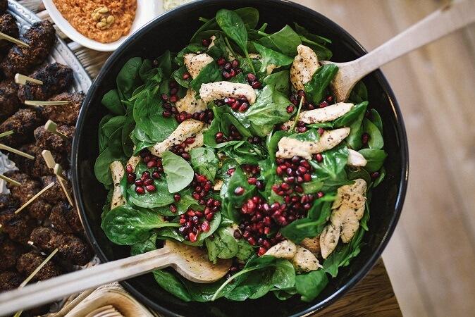 Σαλάτα σπανάκι με κοτόπουλο και ρόδι