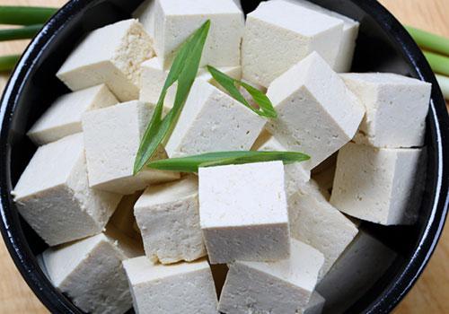 100 γραμ. φυτικό τυρί τόφου αλεσμένο στο μπλέντερ: με ένα αυγό