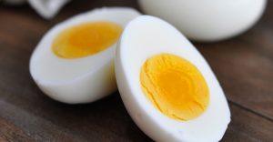 """""""Ο εγκέφαλος χρειάζεται τις βιταμίνες του συμπλέγματος Β για την καλή λειτουργία του. Η έλλειψη βιταμίνης Β έχει σαν αποτέλεσμα τη σύγχυση, την ευερεθιστότητα και το έντονο άγχος"""", αναφέρει μελέτη. Το μοσχάρι, το χοιρινό και τα αυγά είναι εξαιρετική πηγή βιταμινών του συμπλέγματος Β. Κυρίως το αυγό,  έχει συσχετισθεί με την αύξηση της έκκρισης χημικών ουσιών από τον εγκέφαλο, τις ενδορφίνες, οι οποίες ενισχύουν το αίσθημα της ευχαρίστησης, μειώνουν τον αντιλαμβανόμενο πόνο."""