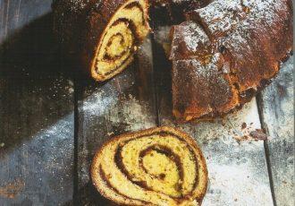 κέικ ριγέ με καρύδια κανέλα και μέλι