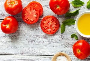 Η κατανάλωση της ντομάτας μπορεί να αποτρέψει τις ζημιές που προκαλούνται από την υπεριώδη ακτινοβολία, όπως οι ρυτίδες, χάρη στο λυκοπένιο, τη χρωστική που τους δίνει το πλούσιο κόκκινο χρώμα τους. Και οι μαγειρεμένες ντομάτες είναι επίσης καλές για το δέρμα σας. Στην πραγματικότητα, μελέτες δείχνουν ότι το σώμα μας απορροφά πιο εύκολα το λυκοπένιο από τη μαγειρεμένη ντομάτα παρά από τη φρέσκια.