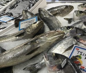Το φρέσκο ψάρι είναι γυαλιστερό με καθαρά και ζωντανά χρώματα. Αν το ψάρι είναι θαμπό και ματ αφήστε το στον πάγκο του ψαρά.