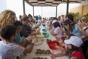 Στα πλαίσια της δράσης «Aegean gardeners» , οι μικροί κηπουροί του Αιγαίου, έπαιξαν το παιδαγωγικό και ψυχαγωγικό παιχνίδι με τις κάρτες όπου οι ομάδες ανταγωνίστηκαν στην διάκριση των βοτάνων και αρωματικών με μεγάλο ενθουσιασμό. Στα σχολεία, 5o δημοτικό σχολείο Κω με διευθυντή τον Γιάννη Διακομανώλη, 1ο γυμνάσιο Κω με διευθυντή τον Παναγιώτη Πηλιγκό, Δημοτικό σχολείο Ζηπαρίου Κω με διευθύντρια την Ρέβελα Φραντζέσκα, Δημοτικό σχολείο Κεφάλου με διευθύντρια την Ευανθία Μπίλια Παπαντωνίου και Γυμνάσιο Αντιμάχειας με διευθυντή τον Γιάννη Κρητικό , 500 περίπου μαθητές, μαζί με τους καθηγητές τους μυήθηκαν στο θέμα, έπαιξαν το παιχνίδι, συζήτησαν τις απορίες και τις εμπειρίες τους με την Αργυρώ Μπαρμπαρίγου και τον Νίκο Ρένεση, πάνω στα θέματα γαστρονομίας, παραδοσιακών συνταγών, συμμετοχής τους στο μαγείρεμα, συλλογής φυτών και βοτάνων και τόσα άλλα. Μίλησαν για την αξία των αυτοφυών φυτών και τα παιδιά έδειξαν αρκετά ενημερωμένα από τους  παππούδες και τους περιπάτους στο βουνό.