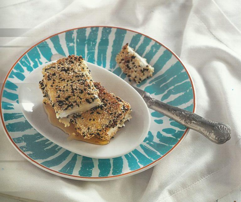 Φέτα σαγανάκι με μέλι και σουσάμι
