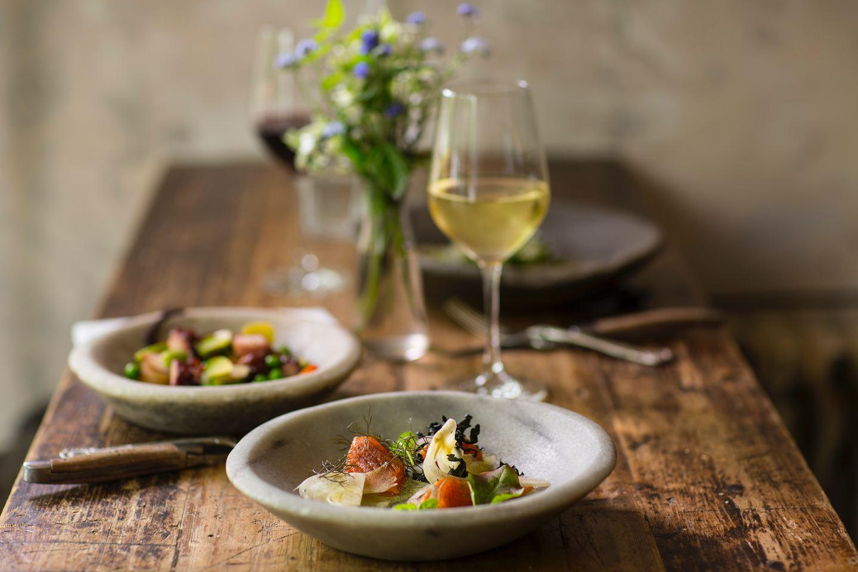 Για το κυρίως πιάτο, προτιμήστε κάποιο ψητό κρέας ή ψάρι ή κοτόπουλο και ζητήστε να το γαρνίρουν με ωμά, ψητά ή βραστά λαχανικά, χωρίς sauce.