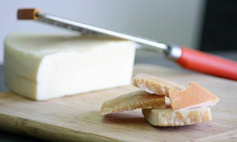 Τρώγεται η εξωτερική φλούδα από το τυρί;-featured_image