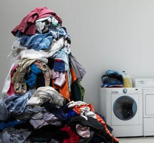 • Έχετε περισσότερα από ένα καλάθια απλύτων ανάλογα με τον τρόπο που ξεχωρίζετε τα ρούχα σας και τις ανάγκες σας. Πχ λευκά-χρωματιστά, λίγο βρώμικα-πολύ βρώμικα, ρούχα μωρουδιακά-ρούχα ενηλίκων κτλ. Θα γλυτώσετε πολύ χρόνο ξεχωρίζοντας τα ρούχα όταν θα έρθει η ώρα να τα πλύνετε.