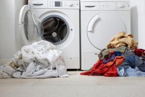 Εάν το πλυντήριό σας μετράει πάνω από 10 χρόνια ζωής, τότε ίσως πρέπει να σκεφτείτε την περίπτωση να το αντικαταστήσετε με ένα νεότερης τεχνολογίας. Οι καινούριες συσκευές έχουν δείκτη κατανάλωσης ενέργειας, οπότε επιλέγοντας ένα Α+ πλυντήριο ρούχων θα δείτε το λογαριασμό του ρεύματός σας να μειώνεται σημαντικά. Επίσης καθώς στις τεχνολογικά εξελιγμένες οικιακές συσκευές προσθέτονται νέες τεχνολογίες, οι κύκλοι πλύσης θα έχουν μικρότερη διάρκεια, και η κατανάλωση νερού θα είναι μικρότερη και έτσι θα κερδίζετε και σε χρόνο και σε χρήμα.