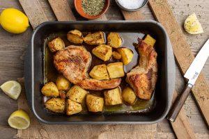 χοιρινές μπριζόλες στο φούρνο με πατάτες