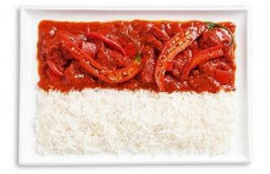 Σημαία της Ινδονησίας με πικάντικο κάρι και ρύζι