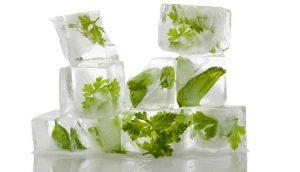 Πλύνετε και ψιλοκόψτε τα μυρωδικά σας. Πάρτε μία άδεια παγοκύστη και τοποθετήστε μια μικρή ποσότητα από κάθε αρωματικό. Συμπληρώστε την παγοκύστη με νερό. Παγώστε και... έτοιμα τα μυρωδάτα παγάκια σας!