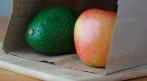 Αν δεν βιάζεστε τόσο πολύ, και απλά θέλετε να επιταχύνετε ελαφρώς τη διαδικασία της ωρίμανσης, τότε πάρτε μια χάρτινη σακούλα, βάλτε μέσα το αβοκάντο μαζί με ένα μήλο. Κλείστε καλά τη σακούλα και αφήστε τη σε μια άκρη σε θερμοκρασία περιβάλλοντος.