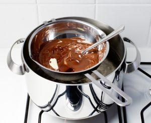 πως να λιωσω κουβερτουρα πως λιωνω σοκολατα χωρις μπεν μαρι λιώσιμο κουβερτουρας με γάλα με βούτυρο με κρέμα γάκακτος στο φούρνο μικροκυμάτων πως πηζει η κουβερτουρα τι κανω αν πηξει πολύ η κουβερτουρα εκοψε