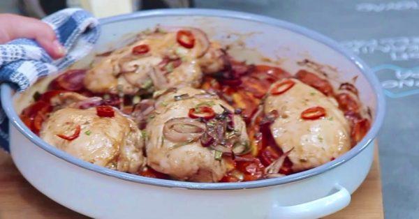 Φιλέτο κοτόπουλο στο φούρνο με ντοματίνια και γραβιέρα
