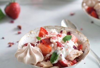 Γλυκό με μαρέγκες, κρέμα και φράουλες-featured_image