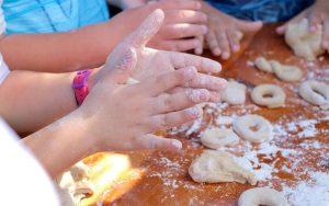 Οι γαστρονομικές δημιουργίες που εντυπωσίασαν τους συμμετέχοντες με τη γεύση, τα αρώματα, την ιστορία τους, όσους ήταν: • Γιαπράκια από την κα Φλώρα Λεβέντη, • Η παρασκευή της ταχινόπιτας από την κα Δήμητρα Γουδή • Ο άρτος και τα λαδοκούλουρα από την κα Τσαμπίκα Παρδαλλού • Τα ξεροτήγανα από την κα Μαρία Καννάκη • Η ζούπες ελιές και τα πιταρούδια (για τον πολιτιστικό) από την κα Αρετή Παπουρά • Ο φούρνος του κ. Τσαμπίκου Πρίντεζη, τα ψωμιά από τον ξυλόφουρνο • Ο φούρνος του κ. Ταραλλά Τσαμπίκου, τα κουλούρια και τις ταχινόπιτες • Γιαπράκια από την κα Στέλλα Ψαθά • Πιταρούδια (για τον πολιτιστικό) καθώς και κανελλάδα και γλυκό κουταλιού φακούρα από την κα Ανθούλα Γιασιράνη • Ζούπες ελιές από την κα Κατερίνα Ψαθά • Παρασκευές με Ροδίτικη Λαδόπιτα προσφέρθηκαν από την εταιρεία Δημήτρης Ατσαλάκης • Λάδι και ελιές από τον Λαδόμυλο, Απόστολος Διμέλλης • Θαλασσινούς μεζέδες προσέφερε ο σεφ Μιχάλης Γιωργουδιός από το «Tsimas Delikatessen» • Ριφικί στο πήλινο, στον ξυλόφουρνο από την κα Μαρία Σφυρίου • Κουλουρία από τους σεφ της Λέσχης Αρχιμαγείρων Κυκλάδων & Δωδεκανήσου Οι μικροί κηπουροί του Αιγαίου, με τα καπελάκια τους και τα αρωματικά φυτά από το Περιφερειακό Φυτώριο Δωδεκανήσου, δημιούργησαν κουλουράκια με το ζυμάρι και με την καθοδήγηση των σεφ.