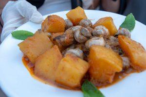 κοκκινιστά σαλιγκάρια στιφάδο κρεμμύδια παραδοσιακή συνταγή ρύζι