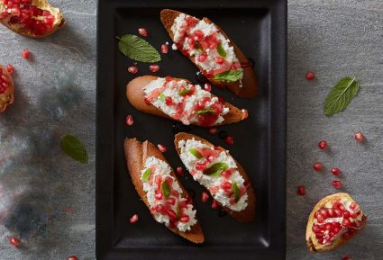 Φρυγανισμένο ψωμί με φρέσκο τυρί και ρόδι-featured_image