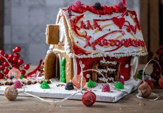 Χριστουγεννιάτικο μπισκοτόσπιτο gingerbread house σπιτακι συνταγη πατρον ζύμη γλασο