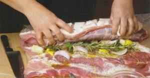 Τυλίγουμε σφιχτά το κρέας μέχρι να σχηματιστεί ένα ρολό. Με σπάγκο δένουμε κατά μήκος δύο φορές.