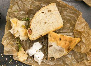 νόστιμο τυρόψωμο με λουκάνικο φέτα και κάστανα συνταγη