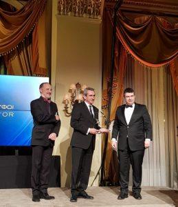 """Με ειδικό βραβείο για την ανάδειξη της Περιφέρειας Νοτίου Αιγαίου  σε """"Γαστρονομική Περιφέρεια της Ευρώπης 2019"""", καθώς και για την διαχρονική προσφορά του στην διεθνή αναγνώριση της ελληνικής κουζίνας, από την περίοδο ακόμη που ως πρόεδρος του Επιμελητηρίου  Δωδεκανήσου καθιέρωσε το σήμα """"Aegean Cuisine"""", τιμήθηκε ο Περιφερειάρχης Νοτίου Αιγαίου, Γιώργος Χατζημάρκος, στην διάρκεια της λαμπρής τελετής """"Χρυσοί Σκούφοι 2019"""", στο Grand BallRoom του ξενοδοχείου «Μεγάλη Βρετανία», το βράδυ της περασμένης Δευτέρας."""