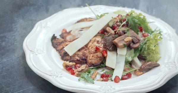 Ψητό κοτόπουλο φιλέτο με σαλάτα μανιταριών