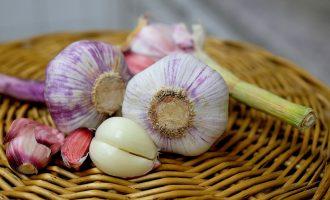 Το κόλπο για να μην μυρίζει το σκόρδο στην αναπνοή σας-featured_image