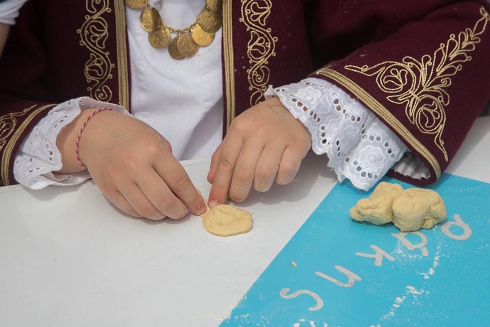 Τα παιδιά συμμετείχαν στην εκδήλωση με το πλάσιμο της ζύμης σε όμορφα σχέδια, ενώ συμβολική ήταν η «συμμετοχή» τους στην κουζίνα με τη μαμά και τη γιαγιά.