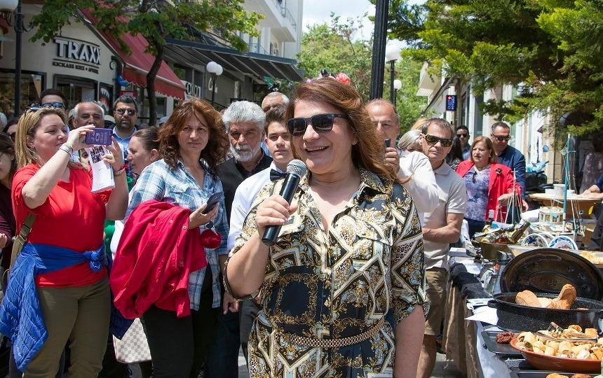 """Πλήθος κόσμου απόλαυσε τη γαστρονομική έκρηξη που αποκάλυψε η Ρόδος, μέσα από την πλούσια πολιτιστική παράδοση, το Σάββατο 11 Μαΐου, στις εκδηλώσεις """"Aegean mamas know best"""" & """"Aegean Gardeners"""", στo πλαίσιο της «Γαστρονομικής Περιφέρειας της Ευρώπης, Νότιο Αιγαίο 2019» με τη συμμετοχή πολιτιστικών συλλόγων."""