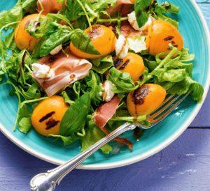 Ανάμεικτη σαλάτα με προσούτο και βερίκοκα-featured_image