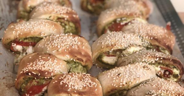 γεμιστό ψωμί με πέστο, φέτα και ψητή πιπεριά