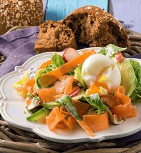Σαλάτα με σολομό, αβοκάντο και αυγό-featured_image