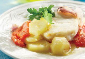 σύβραση μπακαλιαρος λεμονάτος με πατατες στην κατσαρόλα
