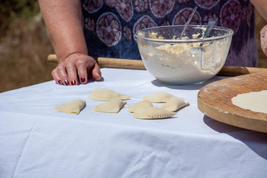 παραδοσιακα καλασούνια με μυζήθρα απο την Ιο συνταγες κυκλαδων οι μαμαδες του αιγαιου