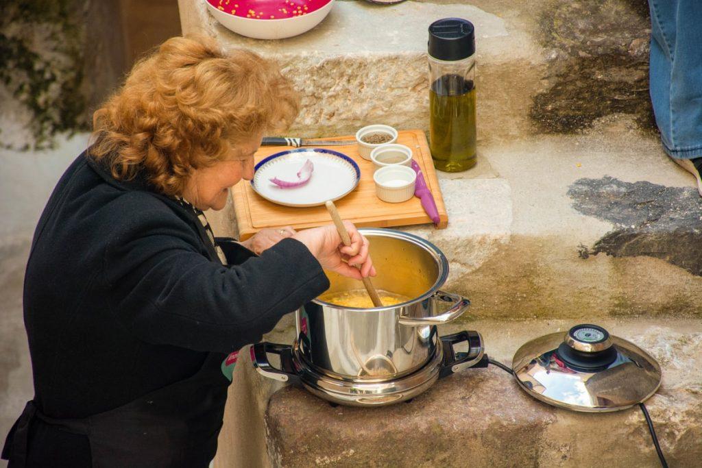 παραδοσιακη φάβα σαντορίνης συνταγη αργυρω οι μαμαδες του αιγαιου