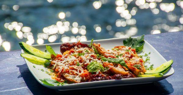 τηγανητές μελιτζάνες με σαλτσα ντοματασ στο τηγανι χωρις κουρκουτι σκορδο χλωρό παραδοσιακή συνταγή από τη Σαντορίνη θηρασιά αργυρω οι μαμαδες του αιγαιου