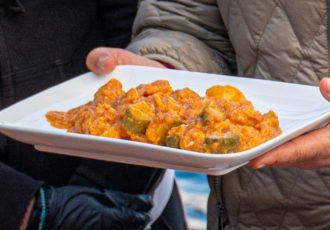 τυραύγουλο αυγά με τυρί κολοκυθάκια και πατάτες στην κατσαρόλα παραδοσιακη συνταγη Σαντορινη αργυρω οι μαμαδες του αιγαιου