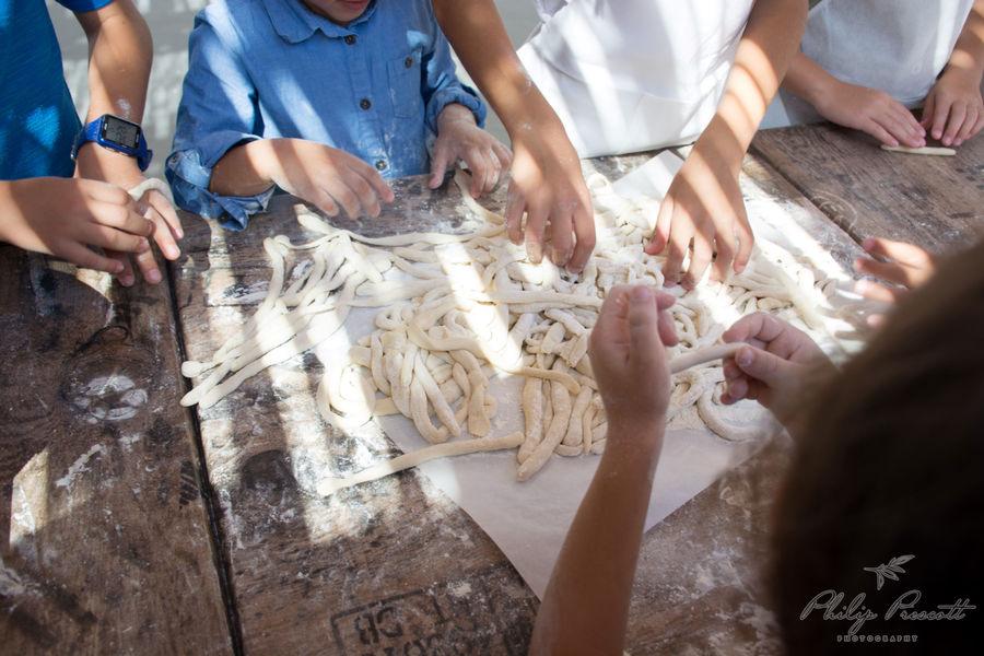 Παράλληλα, στην εκδήλωση συμμετείχαν και νεαροί σεφ του νησιού, οι οποίοι με την καθοδήγηση της Αργυρούς, μαγείρεψαν τοπικές συνταγές. Παράλληλα, η διαιτολόγος-διατροφολόγος Ευγενία Κωστή, μίλησε σε γονείς και εκπαιδευτικούς για την αξία μίας ισορροπημένης διατροφής στην παιδική ηλικία με σκοπό μία υγιεινή ενήλικη ζωή.