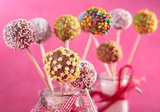 ευκολα cake pops με κέικ και επικαλυψη σοκολατας ευκολη συνταγη με λιγα υλικα