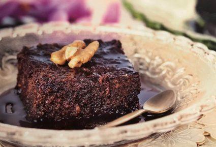 Καρυδόπιτα με σιρόπι σοκολάτας-featured_image