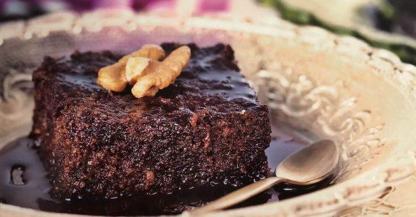 ζουμερή καρυδόπιτα με σιρόπι σοκολάτας