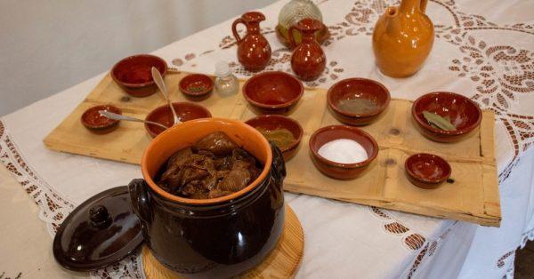 κατσικάκι κοκκινιστό στο φούρνο στον ξυλόφουρνο στιφάδο στη γαστρα παραδοσιακη συνταγη ροδος αργυρω οι μαμαδες του αιγαιου