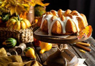 ευκολο κέικ κολοκύθας με γλασο και κιτρινη κολοκυθα τριμμενη