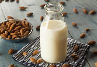 πως φτιαχνω σπιτικο γάλα αμυγδάλου με κακαο χωρισ ζαχαρη vegan νηστισιμο γαλα απο αμυγδαλο με σοκολατα συστατικα συνταγη αργυρω
